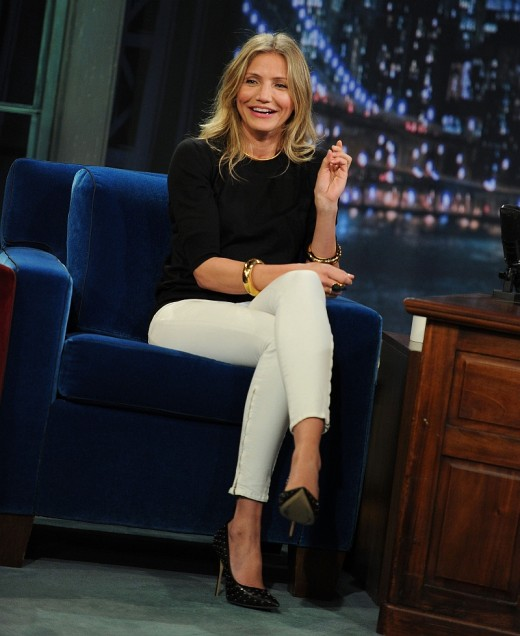 Cameron Diaz in white skinny jeans and black high heels on Late Night With Jimmy Fallon. She has incredible long legs and shoes just what white skinny jeans can do for a tight body.