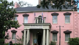THe Old Pink House in Savannah, Georgia believed to be haunted. CC license.