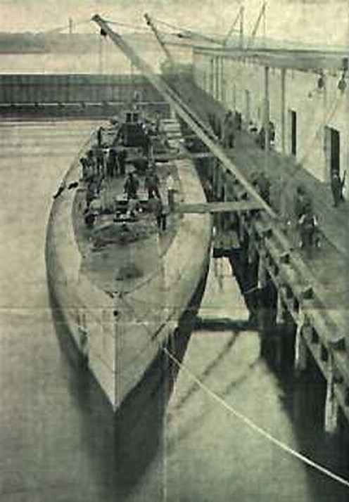WW1: The German merchant submarine Deutschland, loading/unloading cargo in New London, USA, 1916, after having slipped through the British blockade of the German ports. An example of one of the two only merchant submarines ever built.