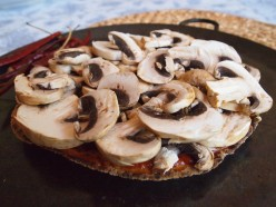 One of the secrets to a healthy homemade pizza recipe: loads of mushrooms (or whatever other fiber, mineral and vitamin rich vegetable you´ve decided to include as the stellar ingredient in your vegetarian pita pizza).