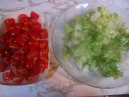 Chopped tomatoes and lettuce