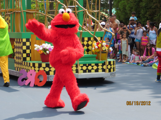 Elmo getting ready to greet the crowd