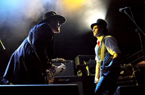 Capture interactions between musicians on stage in your photos (photo taken with Canon 450D)