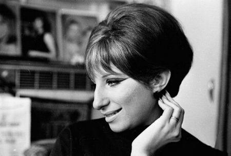 Barbra Streisand, a beauty her distinctive nose