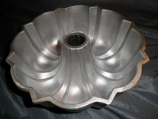 Here's a cool vintage cast aluminum bundt pan that I am selling on Ebay. It should sell for good profit. These sell well at flea markets too.