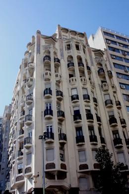 Palacio Rinaldi. Ubicado en la esquina noreste de Avda. 18 de Julio y Pza. Independencia. Montevideo