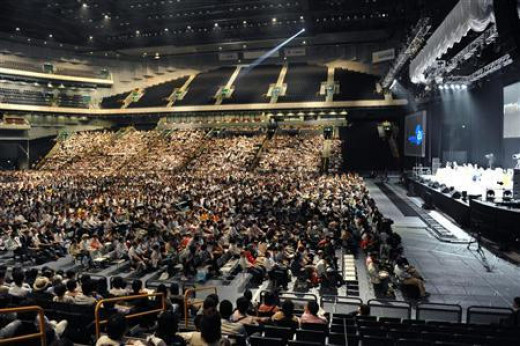 Even in a mass gathering of investors like this, about all one investor can do is listen, go along for the ride, or make an individual personal financial decision. In a crowd like this, it is indeed hard to say that one person even holds just 1%.