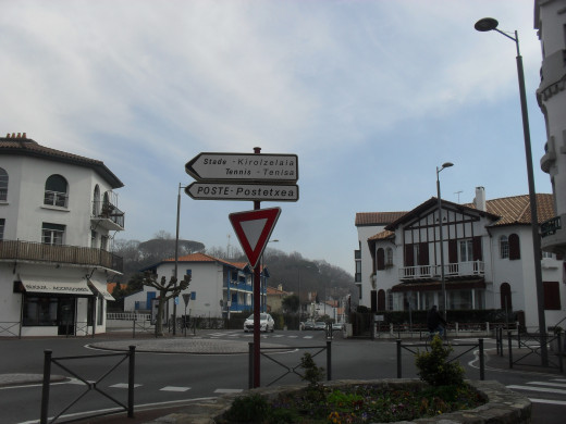 French and Euskara live happily toguether in the streets of Hendaye