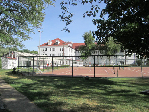 Rear view of the back of the Eastern Slope Inn Resort and Tennis Courts.