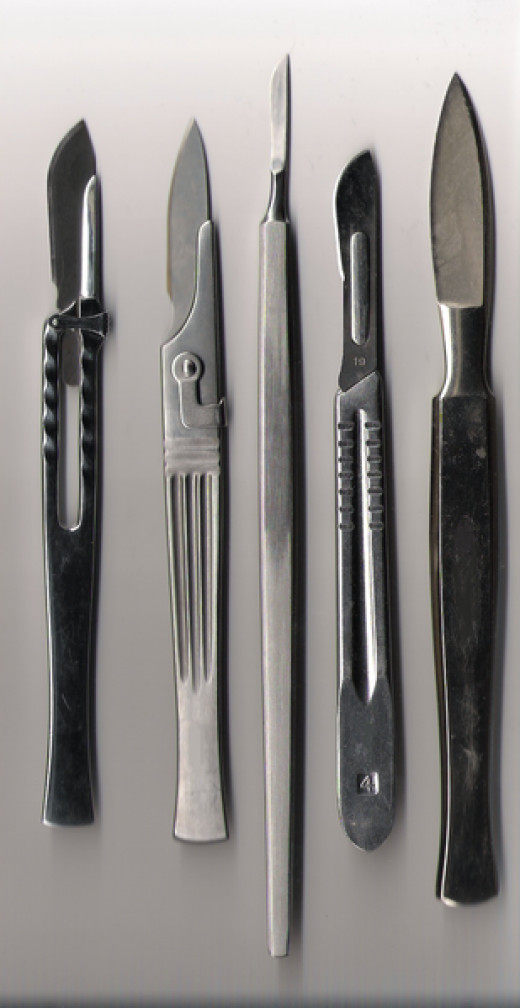 Some examples of the diffeernt kinds of scalpels at a surgeons disposal