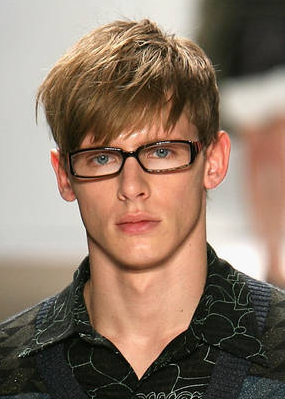 This is a good hairstyle for shorter men with long and thin faces