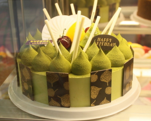 In addition to the traditional matcha tea, it can be made into many deserts such as the cake picture above.