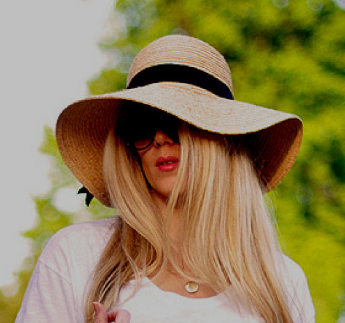The high crown and wide brim of this hat is perfect for a round face!