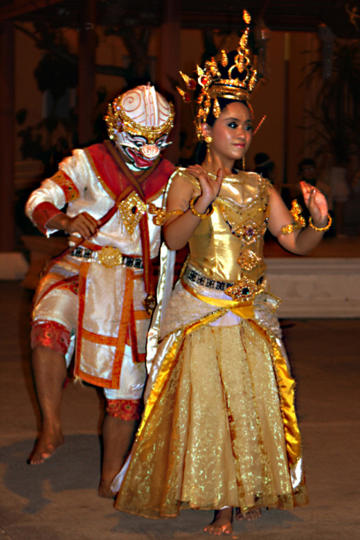 Theatrical dancing at Siam Niramat