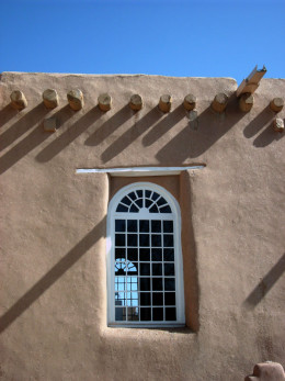Many adobe buildings have flat roofs