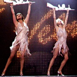 Catherine Zeta-Jones and Renee Zellwegger - women with guns (only fake ones here)