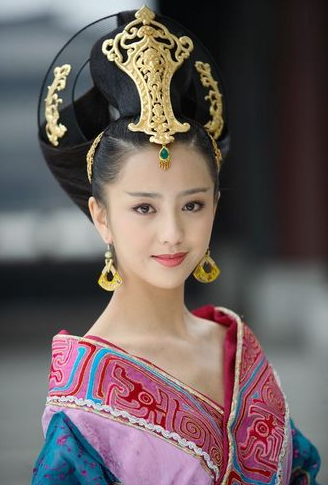 Tong Li Ya as queen.