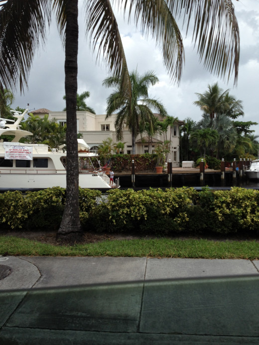 Las Olas is bordered by waterways. You can see magnificent homes and yachts parked just a few yards away as you walk through the area.