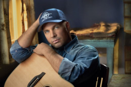 Garth put on a simple, flawless performance at the Wynn Encore showroom here in Las Vegas.