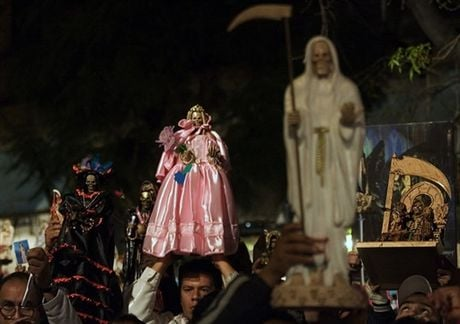 Various public places where you can find a statue of the Holy Death, are specially decorated. The shrines and sanctuaries, next to the statue are also candles, red roses, cigars and bottles of alcohol.