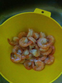 Cooked shrimp ready to be peeled