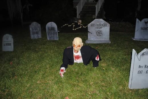 Halloween DIY - Tombstones & Zombie