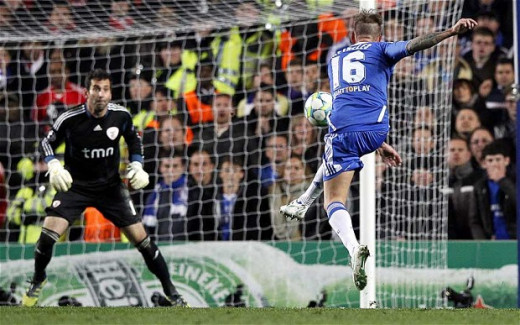 Raul Meireles scores Chelsea's second goal to seal a 2-1 victory against Benfica