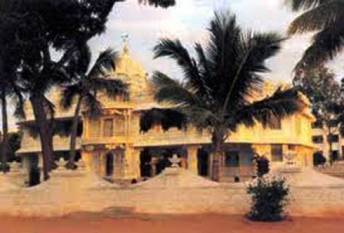 The Prasanthi Nilayam mandir with its sands and coconut palms