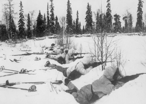 Finnish soldiers waiting for Soviet troops in the winter of 1940.