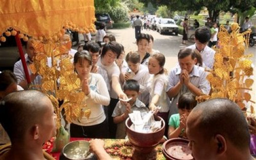 Khmer New Year Cambodian Citizens Seek Blessings from the New Year Angel