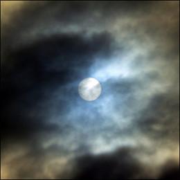 Full moon from Pilar Azana Source: flickr.com