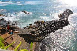 Public shoreline access is permitted up tp the waterʻs edge of Dukeʻs estate.