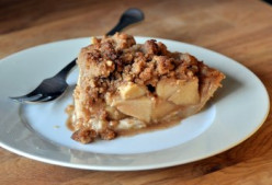 Easy and Delicious Apple Pie with Crumb Topping