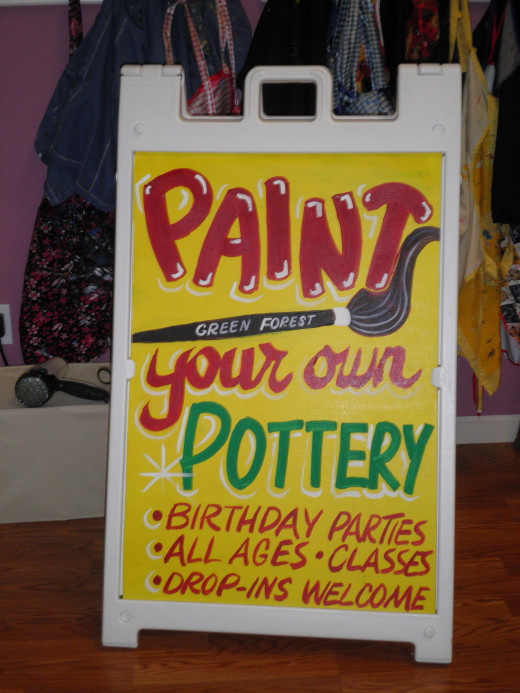 Another sign painted by Dorsi Diaz to fit onto a Plasticade for Green Forest Art Studio.