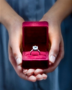 GUYS, MAKE SURE YOU DO NOT SCREW GIVING HER A DIAMOND RING UP