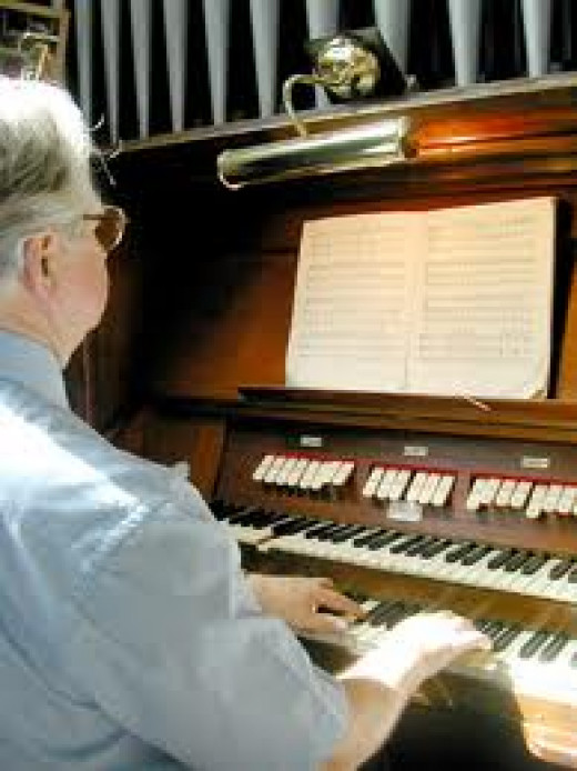 The Organist - Giving Praise