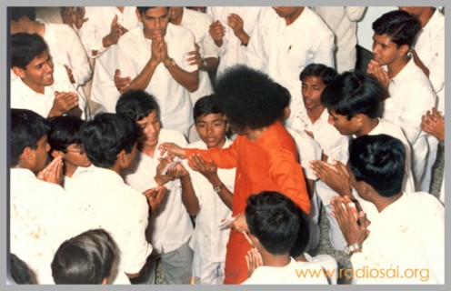 A picture snapped during Swami's visit to the boys' hostel. Such visits leave impressions for lifetimes!