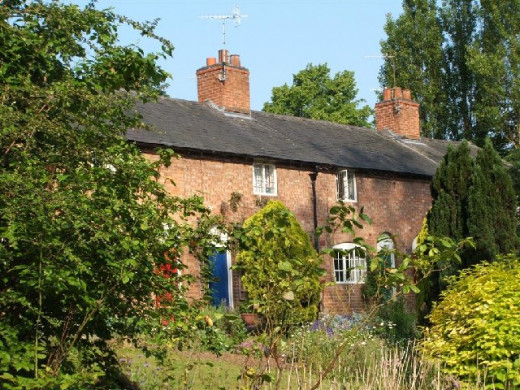 A row of 6 cottages next to Anne Hathaway's Cottage, owned by the Shakespeare Birthplace Trust.