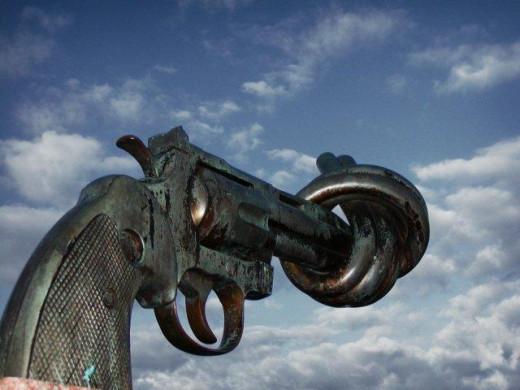 """Sculpture symbole de """"Non-Violence"""" réalisé par Carl Fredrik Reuterswärd  by Francois Polito 7/13/2003"""