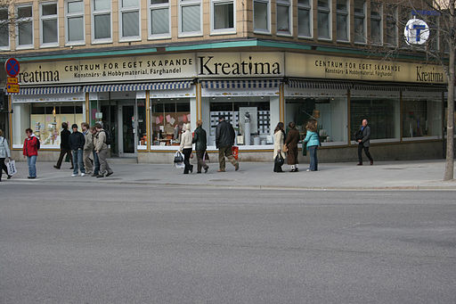 The exact place of the murder is where the three girls, to the right of the Kreatima sign, are standing. The killer ran into Tunnelgatan (between Kreatima and the T-sign)