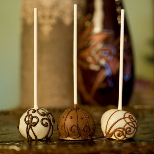 Brownie pops are available in lovely chocolatey designs which prove a treat to the eye and your taste buds as well