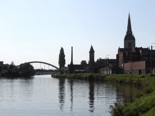 The Sint-Medarduskerk and the Leiebrug in Wervik, on the Lys river. Wervik, West-Flanders, Belgium