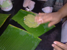 On the oiled banana leaf place the chutney