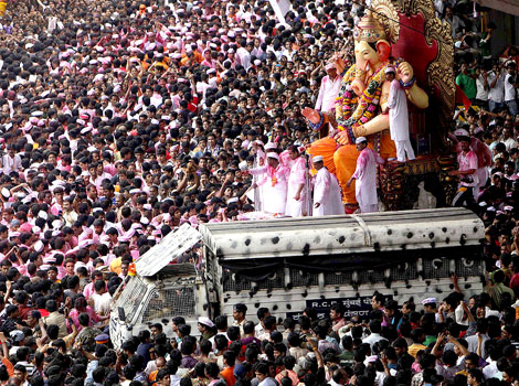 Mumbai devotees procession to Immerse Idol of Lord Ganesha in Sea water