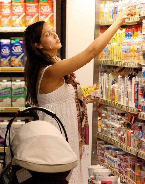 Jessica Alba opts for organic goodies at the grocery store.