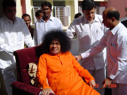 Nitin Acharya (one with thick black hair to Swami's left) was blessed to serve Swami physically for more than a decade. His 'insider story' is quite revealing.
