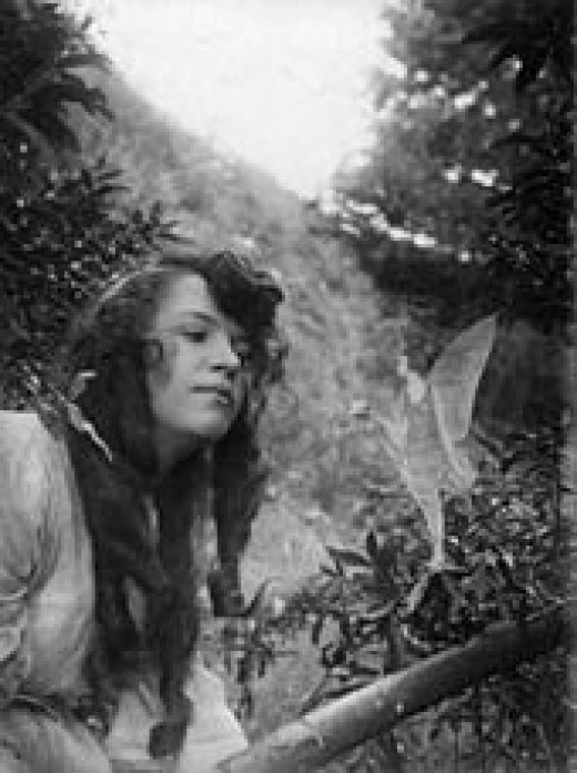 Elsie Wright with another fairy.