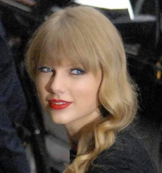 Taylor Swift Makeup Tips. Red Lips and Peachy Pink Cheeks