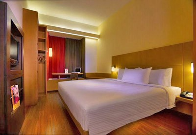 Ibis Hotel Singapore on Bencoolen Guestroom  - comes with large LCD TV, Free Wi-Fi Internet access, safe deposit box and mini-bar.