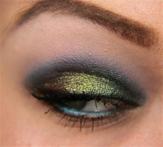 An eye makeup with lovely and vibrant peacock colors